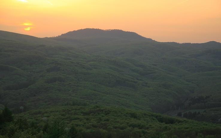 Konečne západovka nad zelenými kopcami