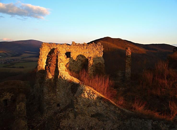 V ruinách