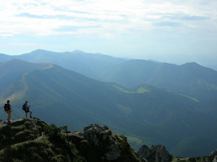 Hrebenom  malej Fatry od Poludnového Grúňa smerom k Strečnu