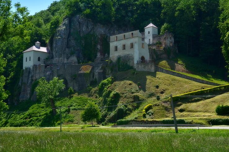 kostolík, kláštor a jaskyňa