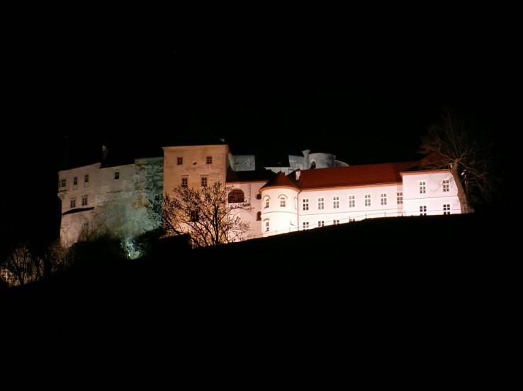 Hrad Slovenská Lupča v noci