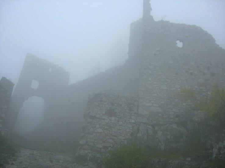 Plavecký hrad v hmle