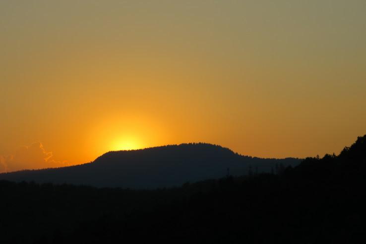 Slunce zapadá za Klenovský Vepor