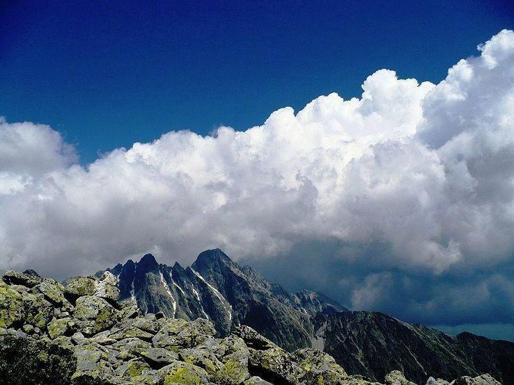 Tatranské štíty a ich obraz v oblakoch