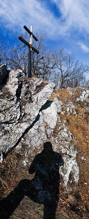 Tieň, skaly a dvojkríž