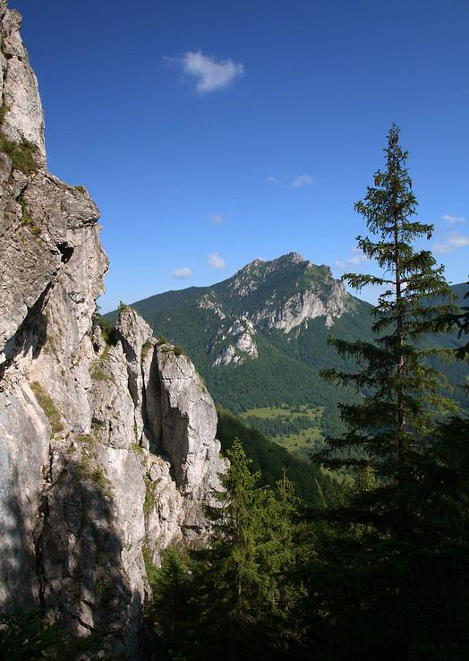 V objatí skál a hôr