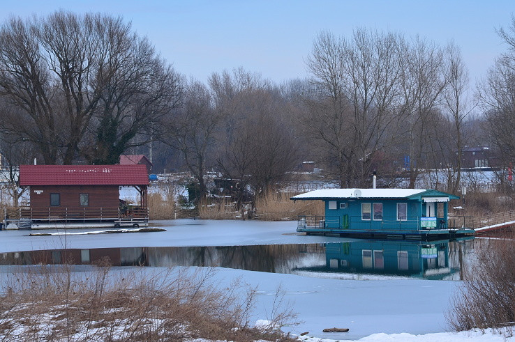 zima pri vodnom meste
