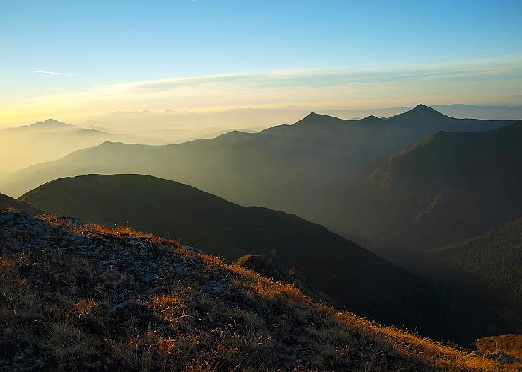 Hmly, svetlo a hory.