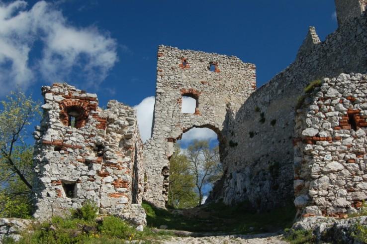 Vstupná brána na Plavecký hrad