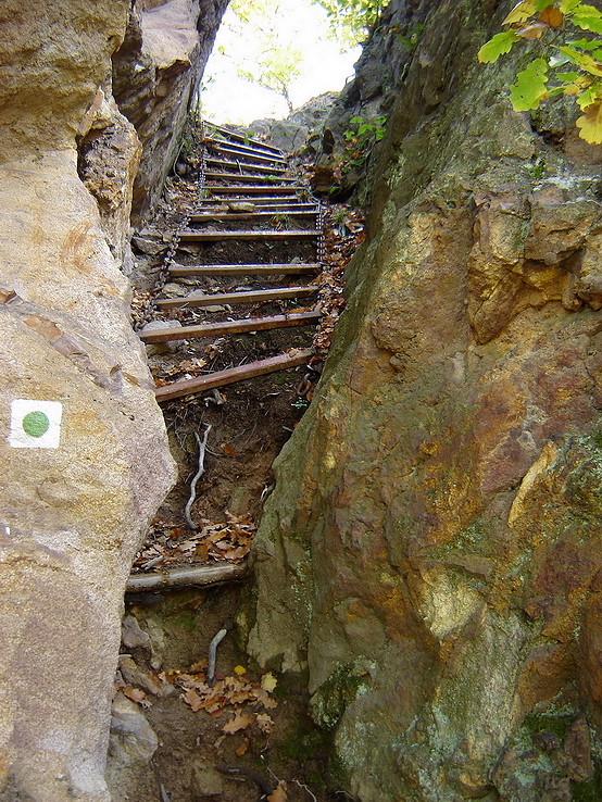 Výstup skalnou štrbinou