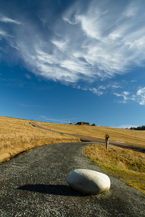 Cesta, kameň a mraky