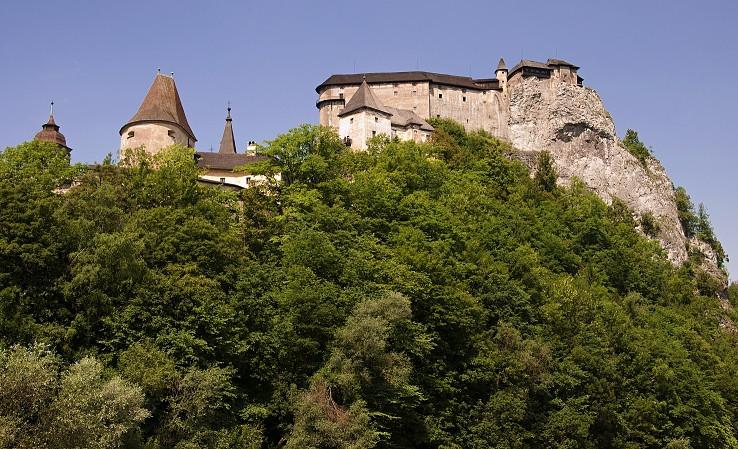 Za lesom sa týči hrad