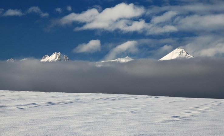 Nebo / hory / hmla / zem