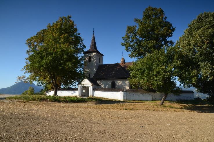 v šírom poli kostolík