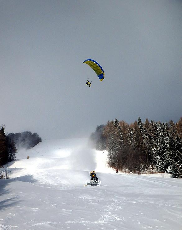 Paraglidista nad zjazdovkou