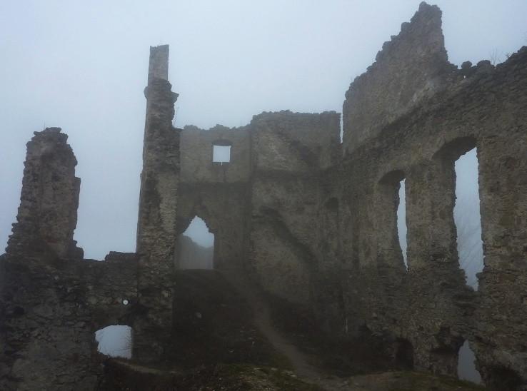 medzi múrmi hradu