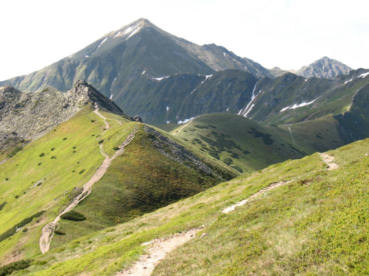 Hrebeňom Ornaku na Slovensko ( v pozadí hlavný hrebeň Západných