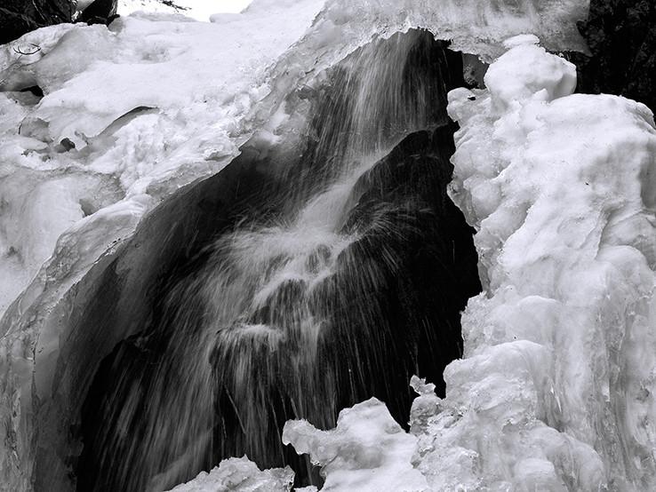 Teče voda teče, po kameni šustí