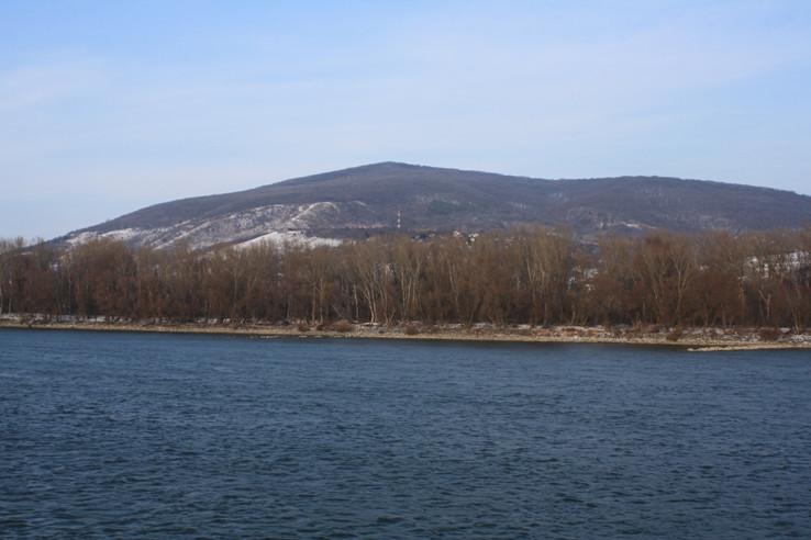 Devínska Kobyla z druhej strany Dunaja