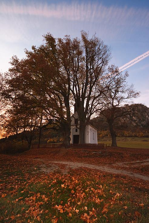 Jesenný podvečer pri kaplnke