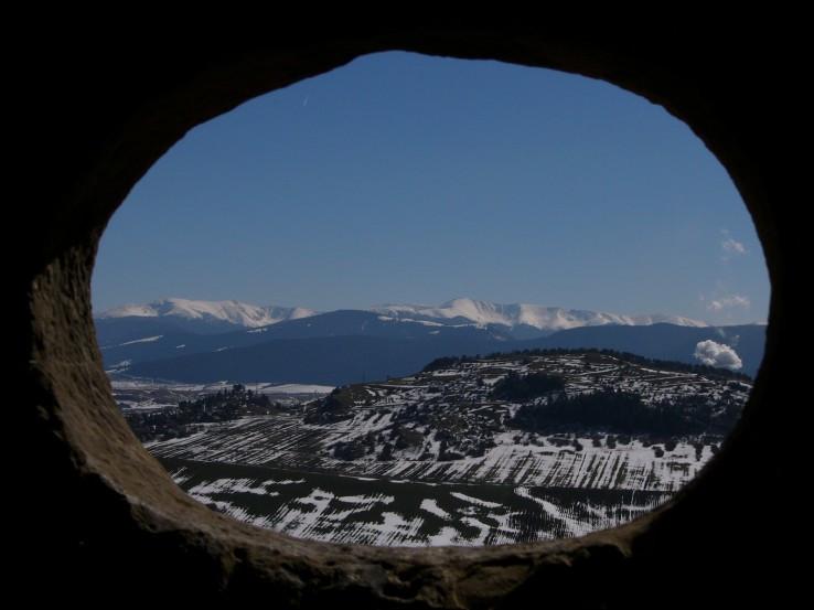 pohlad na Chabenec cez okno Likavskeho hradu