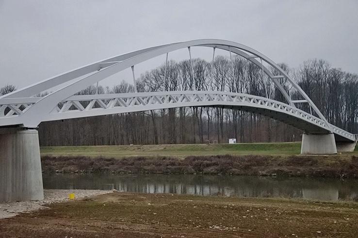 Lávka cez rieku Moravu